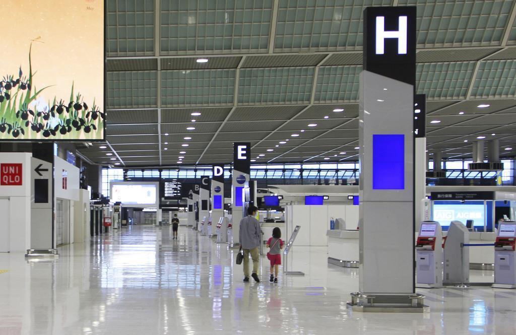 国際線のほとんどが欠航し、閑散とする成田空港の旅客ターミナル=5月2日