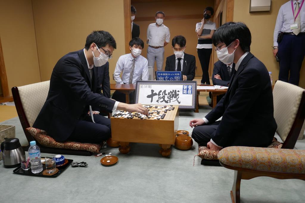 囲碁の第58期十段戦五番勝負第3局。村川大介十段(左)と、挑戦者の芝野虎丸二冠(右)