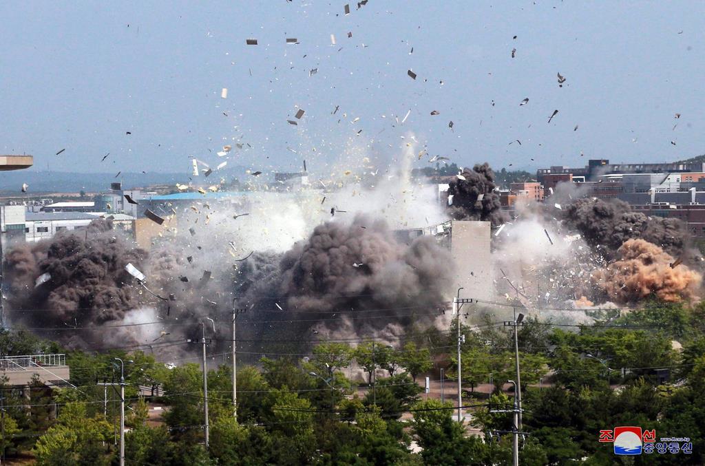 16日、北朝鮮が爆破した同国南西部・開城にある南北共同連絡事務所(朝鮮中央通信社提供、ロイター)