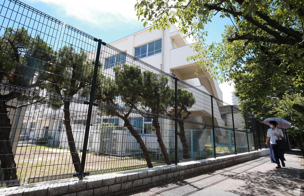 ブロック塀の撤去後に造られたフェンス=17日、大阪府高槻市の市立桃園小学校(鳥越瑞絵撮影)