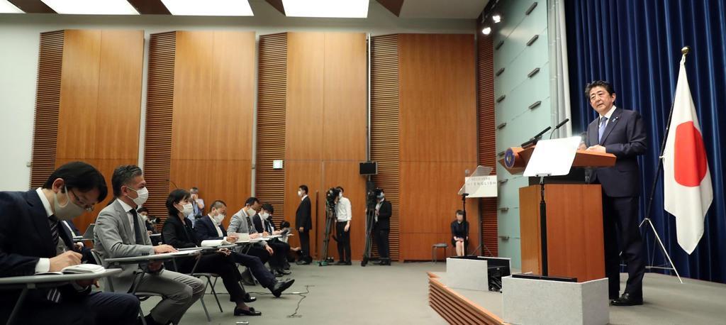 通常国会の閉幕を受け会見で記者団の質問に答える安倍晋三首相=18日午後、首相官邸(春名中撮影)