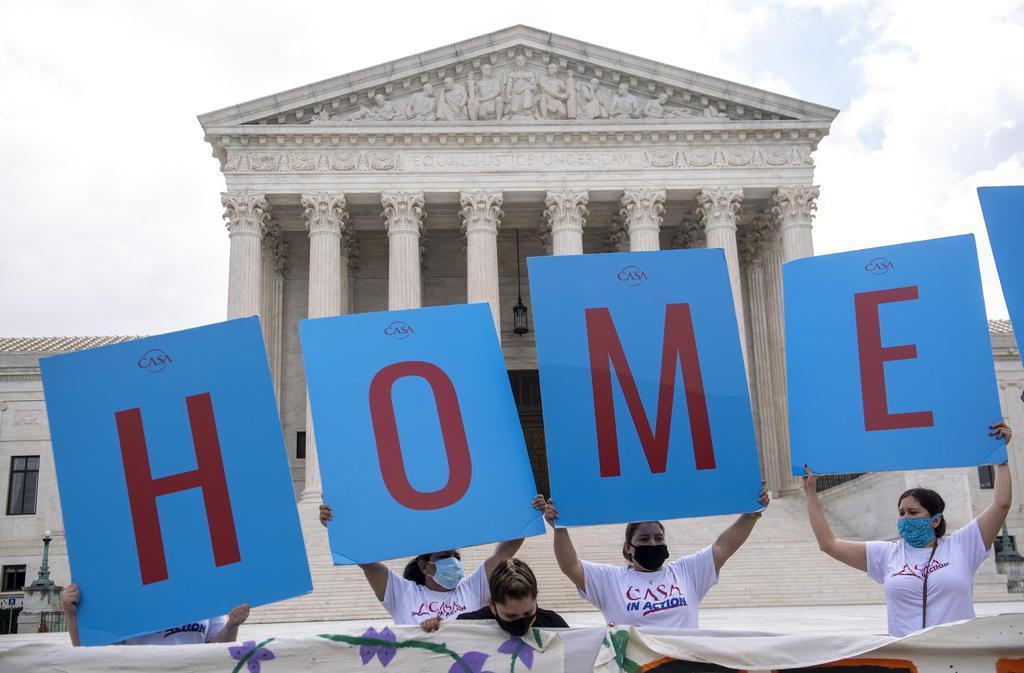 18日、米ワシントンの連邦最高裁前で、救済措置「DACA」の重要性を訴える人々(UPI=共同)