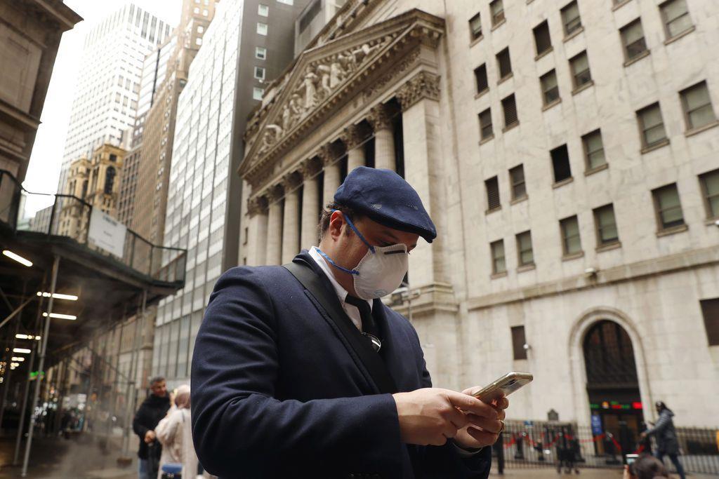 米ニューヨーク証券取引所前を歩く男性(ロイター)