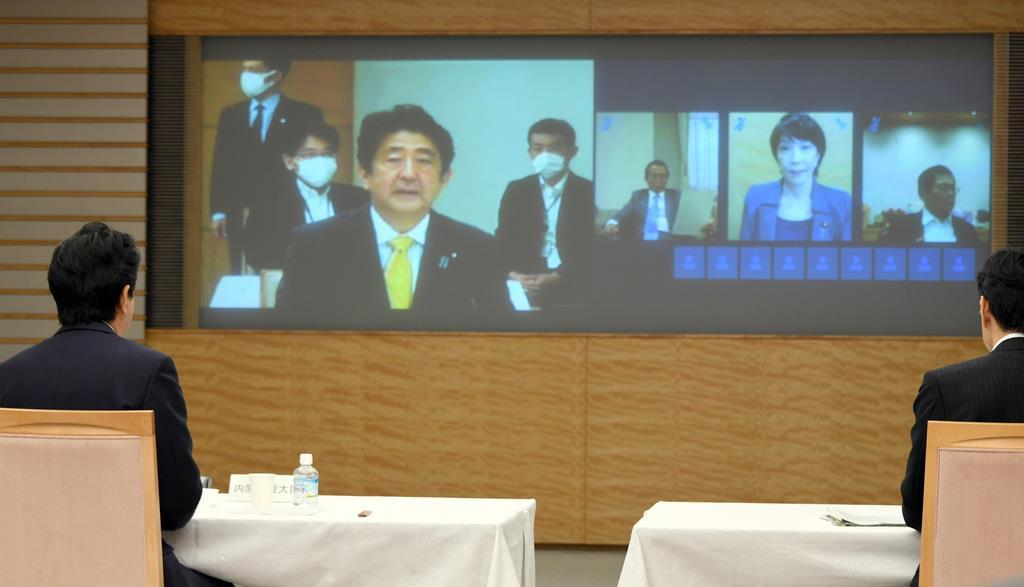 経済財政諮問会議であいさつする安倍晋三首相(左)=22日午後、首相官邸(酒巻俊介撮影)