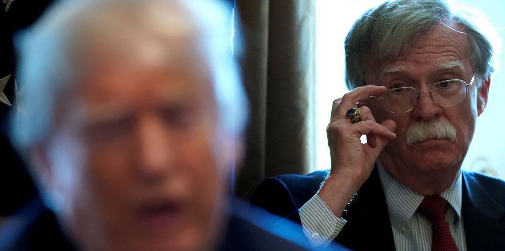 米大統領補佐官(国家安全保障問題担当)に就任し、トランプ大統領を見つめるボルトン氏=2018年4月9日、米ホワイトハウス(ロイター)