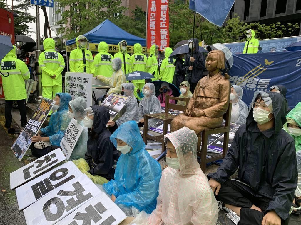 24日、ソウルの日本大使館前に設置された慰安婦像の撤去を求める保守系市民団体から像を守ろうとして、像の周囲に座り込んだ学生ら(名村隆寛撮影)