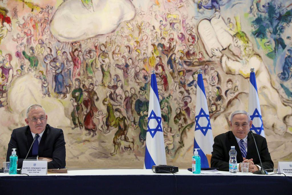 5月24日、閣議に出席したネタニヤフ首相(右)とガンツ副首相兼国防相(ロイター)