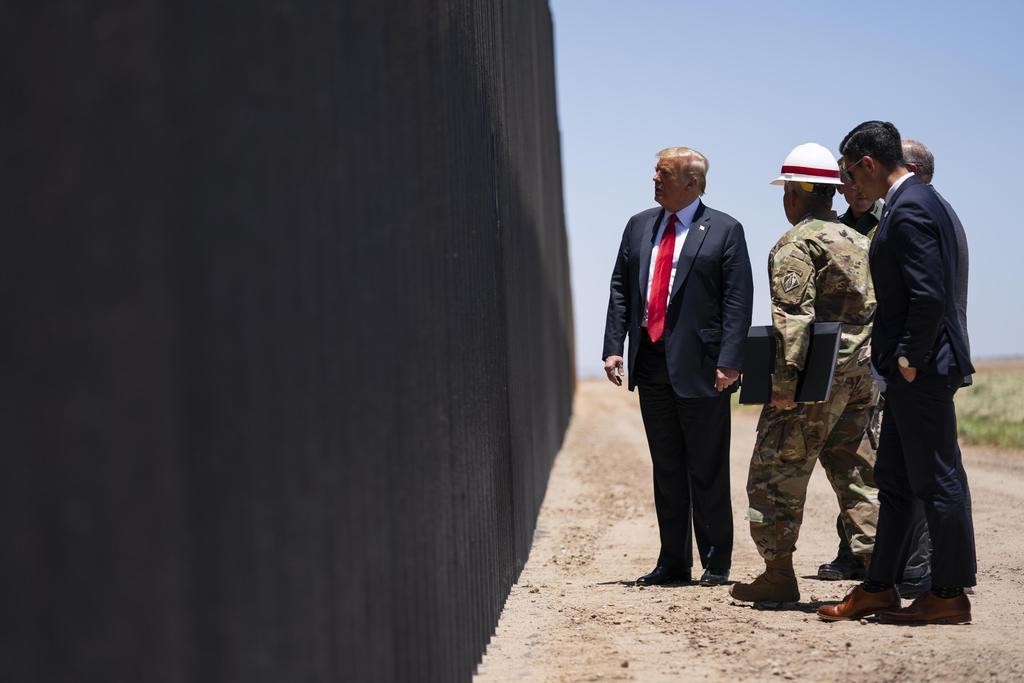 23日、米アリゾナ州のメキシコ国境沿いの「壁」建設現場を視察するトランプ大統領(左端)(AP)