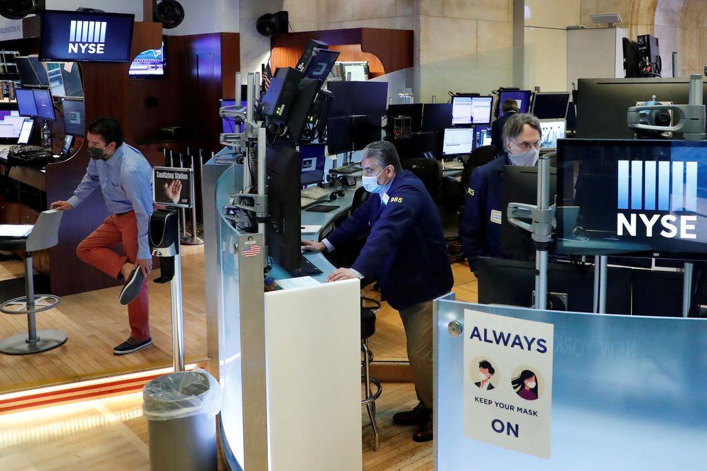 マスク姿で働くニューヨーク証券取引所のトレーダーら(ロイター)
