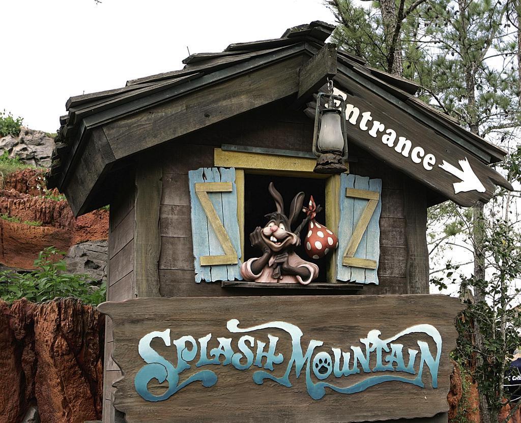 アトラクション「スプラッシュ・マウンテン」の入り口付近に展示される、映画「南部の唄」のキャラクター=2007年3月、米フロリダ州(AP)