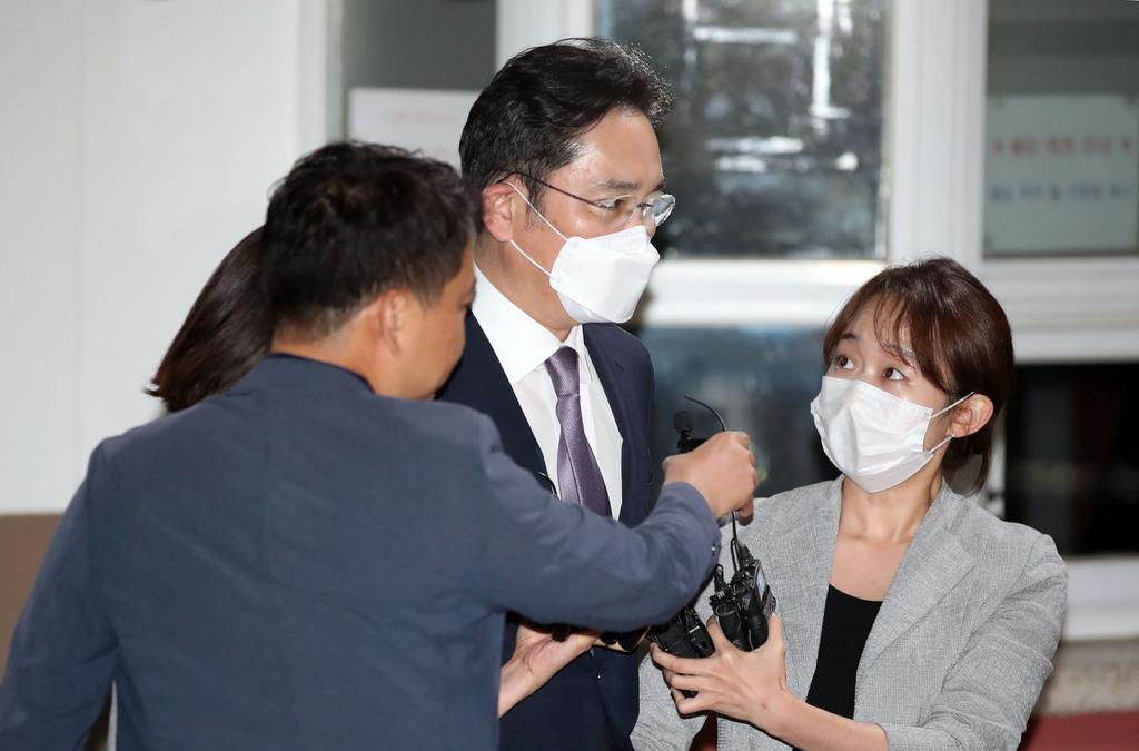 9日、検察の逮捕状請求が棄却され、待機していた韓国・京畿道のソウル拘置所を出た李在鎔サムスン電子副会長(中央)(聯合=共同)
