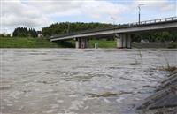 東、西日本で激しい雨や雷 前線影響、土砂災害警戒を