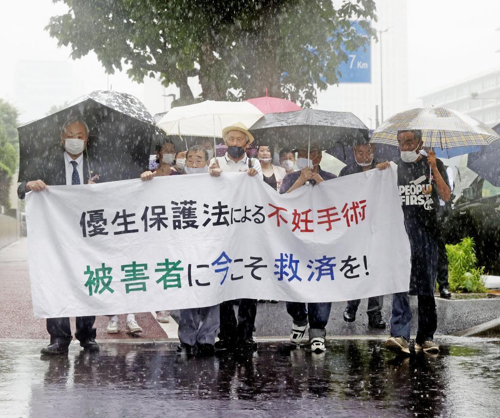 旧優生保護法下での強制不妊手術を巡る訴訟の判決で、東京地裁に向かう原告の男性(前列左から2人目)と弁護士ら=30日午後