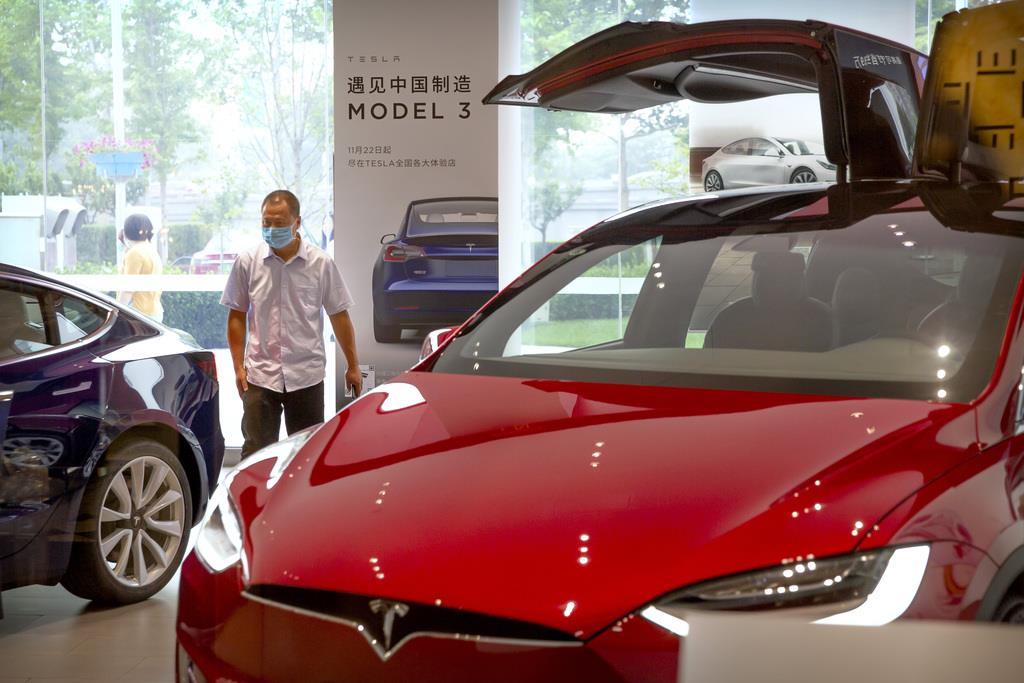 北京にある米電気自動車テスラの販売店=11日(AP)
