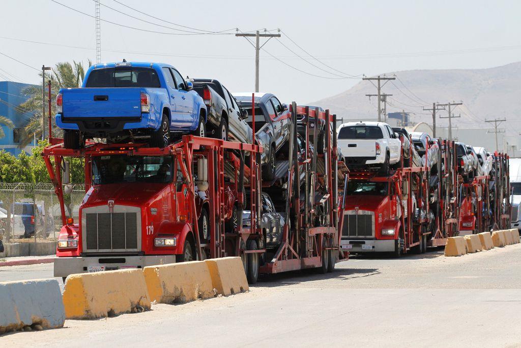 国境を越えて米国に輸出されるトヨタ車=6月30日、メキシコのティフアナ(ロイター)