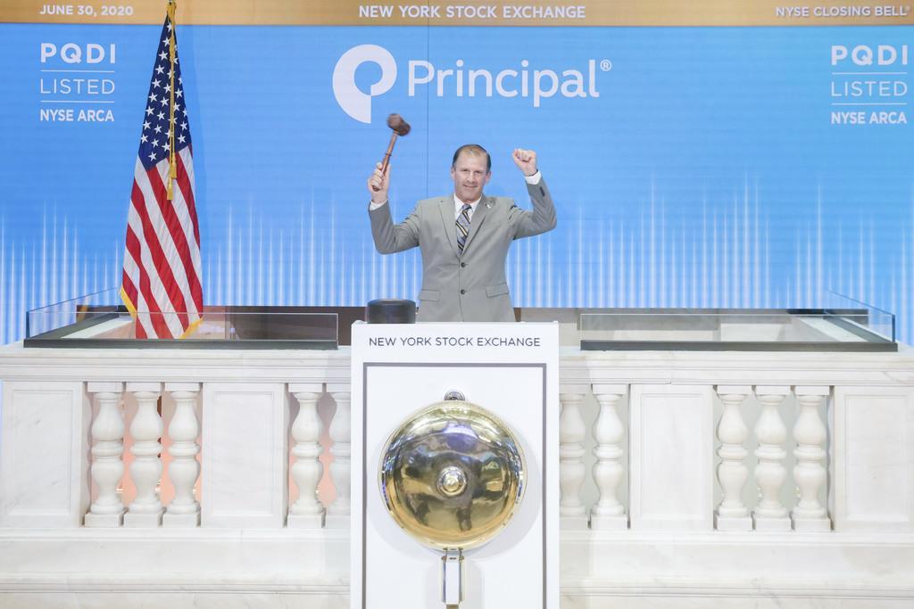 6月30日のニューヨーク証券取引所のクロージングベルの様子(同取引所提供、AP)