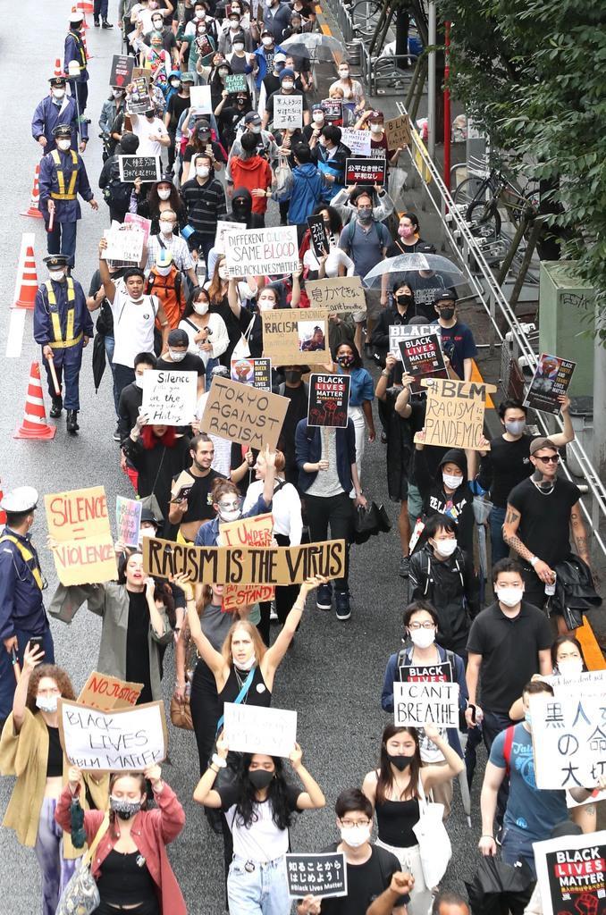 警視庁渋谷署員によるクルド人男性への職務質問に端を発した5月末の抗議デモは、6月には内容が変化。クルド人の参加はほぼなく、米国で起きた黒人暴行死事件への抗議などが主なテーマになった=6月14日、東京都渋谷区