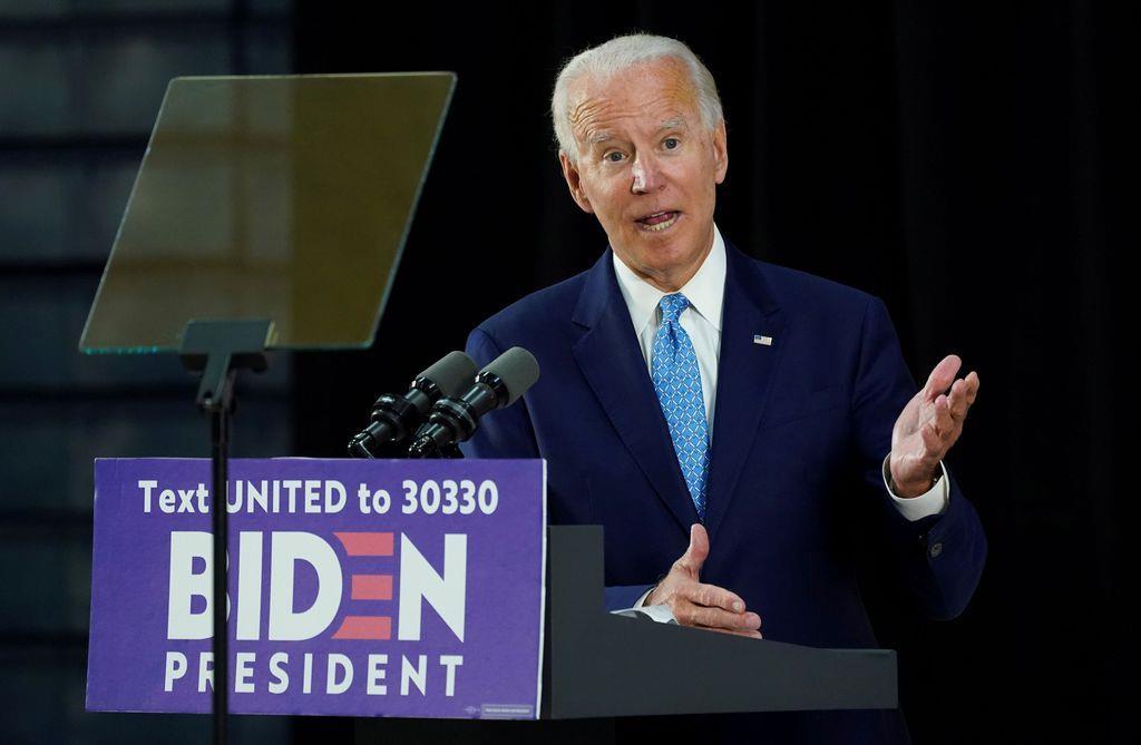 イベントで来場者の質問に答えるバイデン前副大統領=30日、デラウェア州ウィルミントン(ロイター)