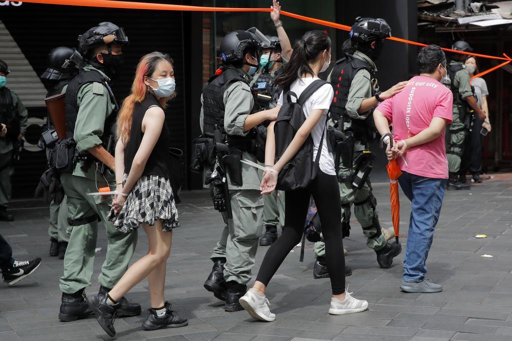 1日、香港の繁華街、コーズウェイベイ(銅鑼湾)で、警察に逮捕された人たち(AP)