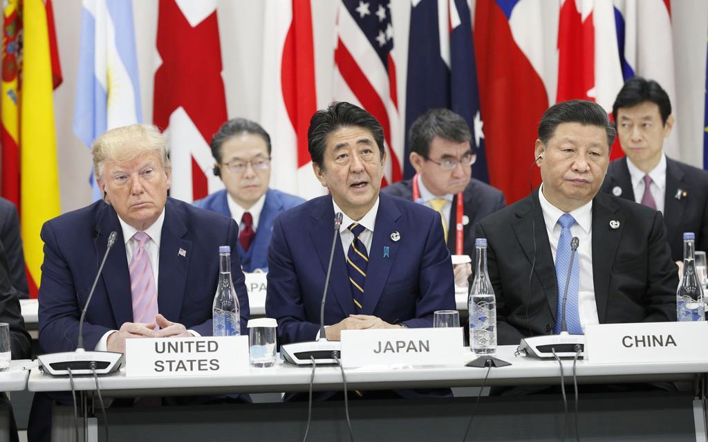 20カ国・地域(G20)首脳会議(大阪サミット)のイベントであいさつする安倍晋三首相(中央)。左はトランプ米大統領、右は中国の習近平国家主席=令和元年6月28日、大阪市住之江区(代表撮影)