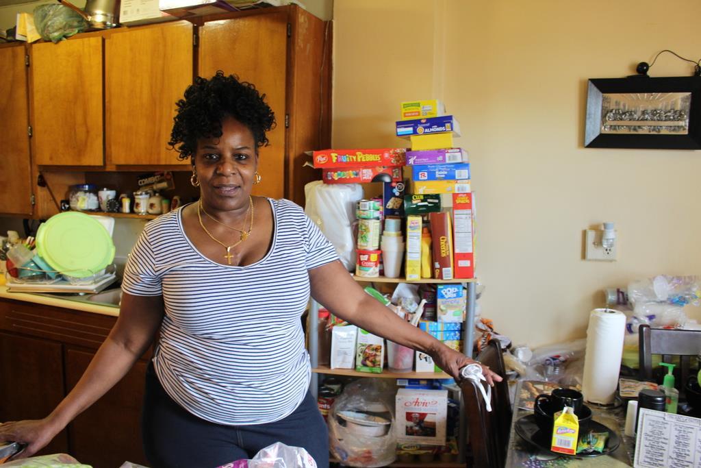 新型コロナウイルスの一大感染地となった米ニューヨーク市ブルックリン区イースト・ニューヨークの低所得者向け集団住宅に住むタワナ・マイヤーズさん(上塚真由撮影)