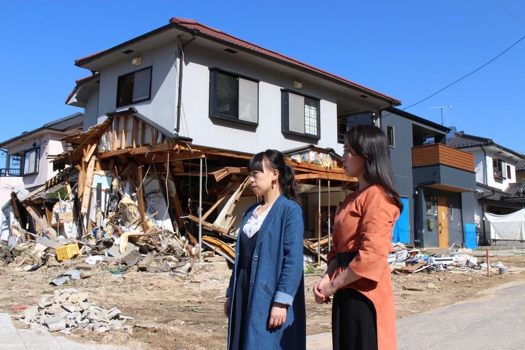 西日本豪雨の被災地を訪ねるMebiusの岡田真実さん(左)と賀江さん=平成30年10月、広島県熊野町(Mebius提供)