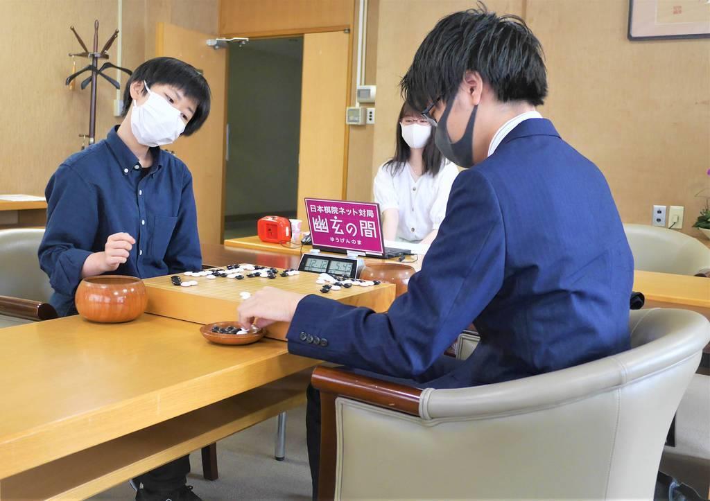 4代棋士の張心澄初段(左)は第30期竜星戦予選で関航太郎三段に敗れ、公式戦デビュー戦を白星で飾れなかった=6日、東京都千代田区の日本棋院