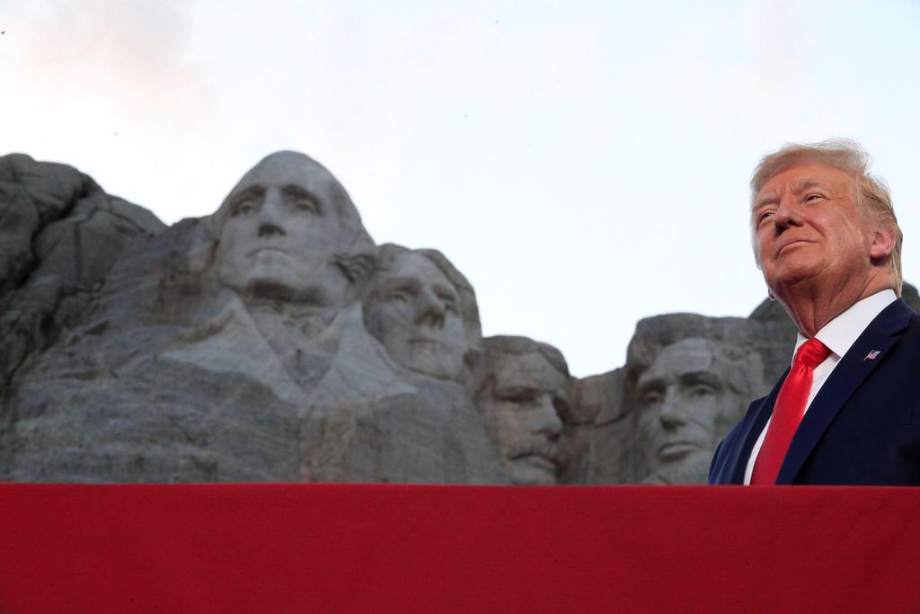 米中西部サウスダコタ州ラシュモア山での花火大会に参加したトランプ大統領=3日(ロイター)