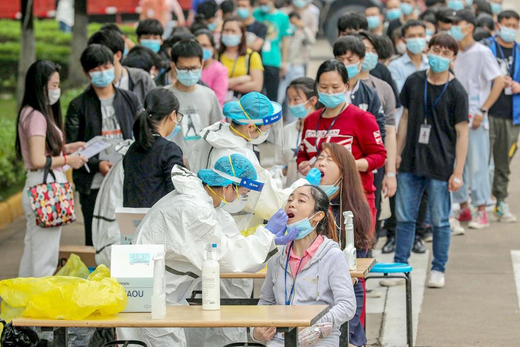 中国・武漢でPCR検査を受ける市民ら|新型コロナの起源探る調査団 今… 写真1/1|産経ニュース