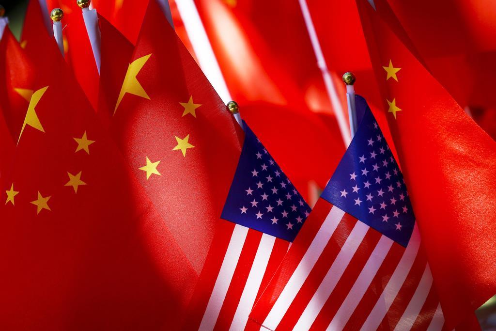 中国(左)とアメリカの国旗(AP)