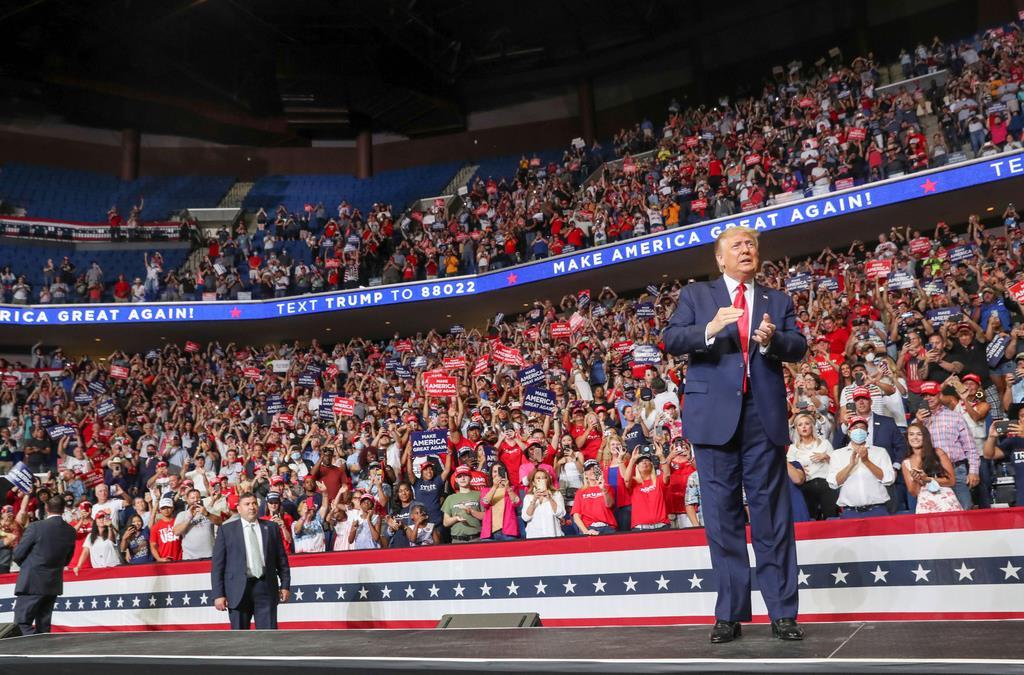 20日に米オクラホマ州タルサで行われたトランプ氏(右)の選挙集会(ロイター)