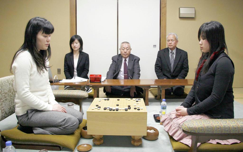 加藤啓子女流名人(左)との対局となった「第20期女流名人戦三番勝負」=平成20年2月