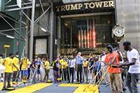 NYトランプタワー前に「黒人の命大事」巨大塗装 市長が推進