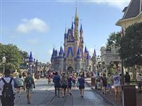 米ディズニー、娯楽施設再開 感染者数高止まりに懸念も
