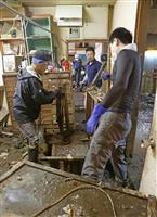 九州豪雨 泥出し「人手足りぬ」 降り続く雨、ごみ処理難航