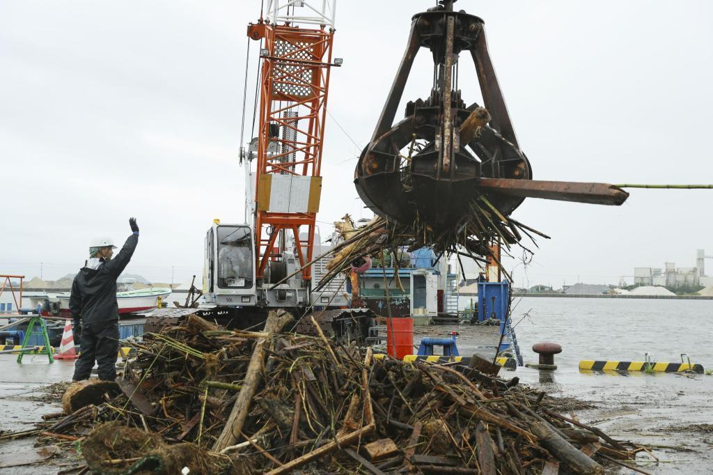 九州豪雨で流木が沿岸を大量漂流 熊本県などノリ漁への影響懸念