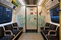 バンクシーが地下鉄に新作 コロナ苦境、再起へ鼓舞?