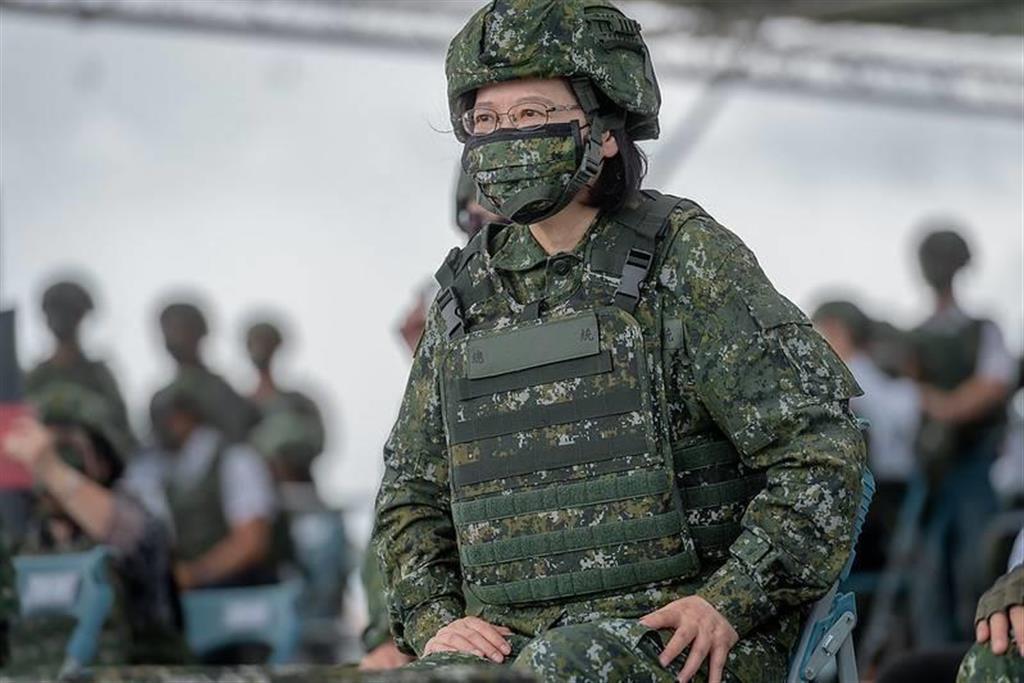16日、台中市で軍事演習「漢光」を視察する蔡英文総統(総統府提供)