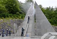 日航機墜落事故35年を前に 日航社員ら「慰霊の園」清掃 群馬