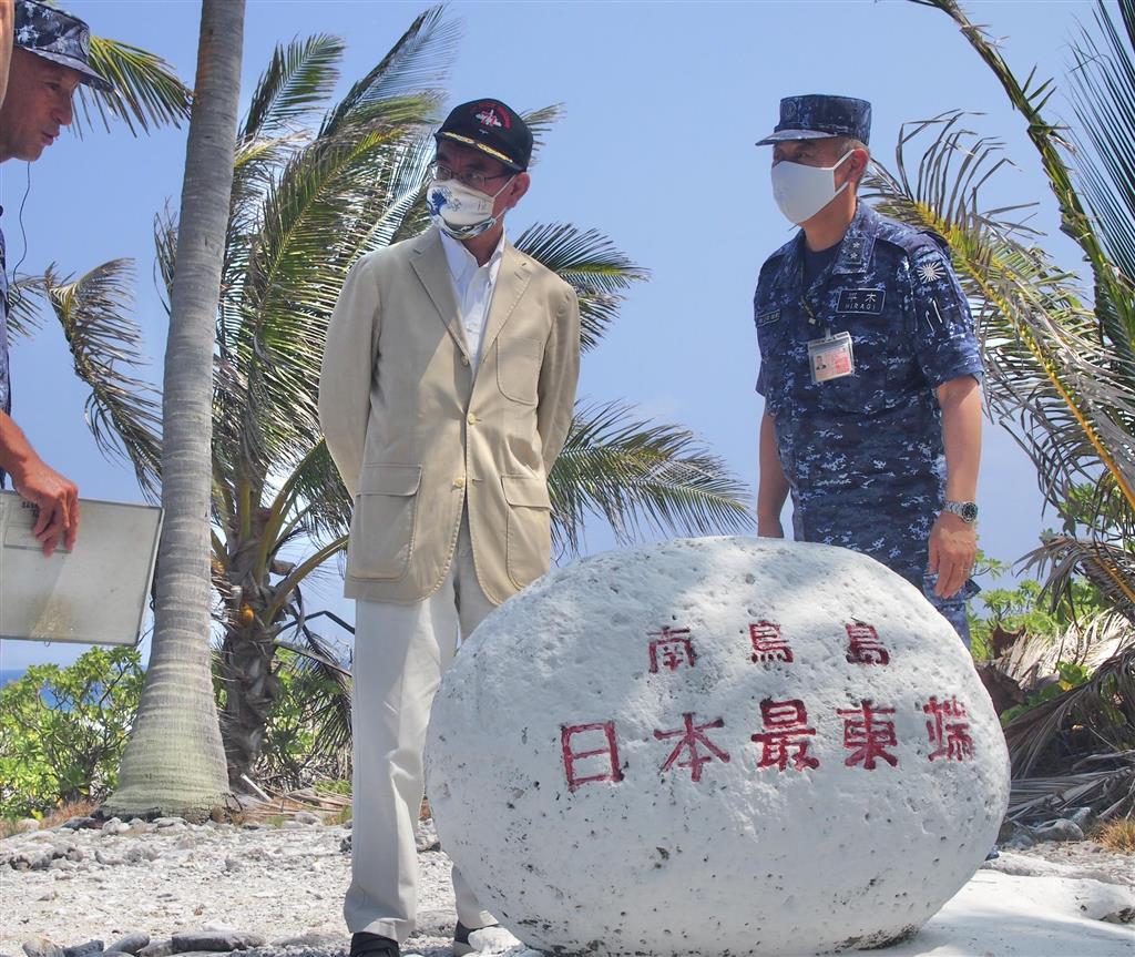 海上自衛隊南鳥島航空派遣隊に案内され、「日本最東端の碑」を訪ねる河野太郎防衛相(中央)=11日、東京都小笠原村の南鳥島(田中一世撮影)