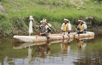 アイヌ伝統の丸木舟進水 側面に守り神を彫り込み 北海道浦幌町