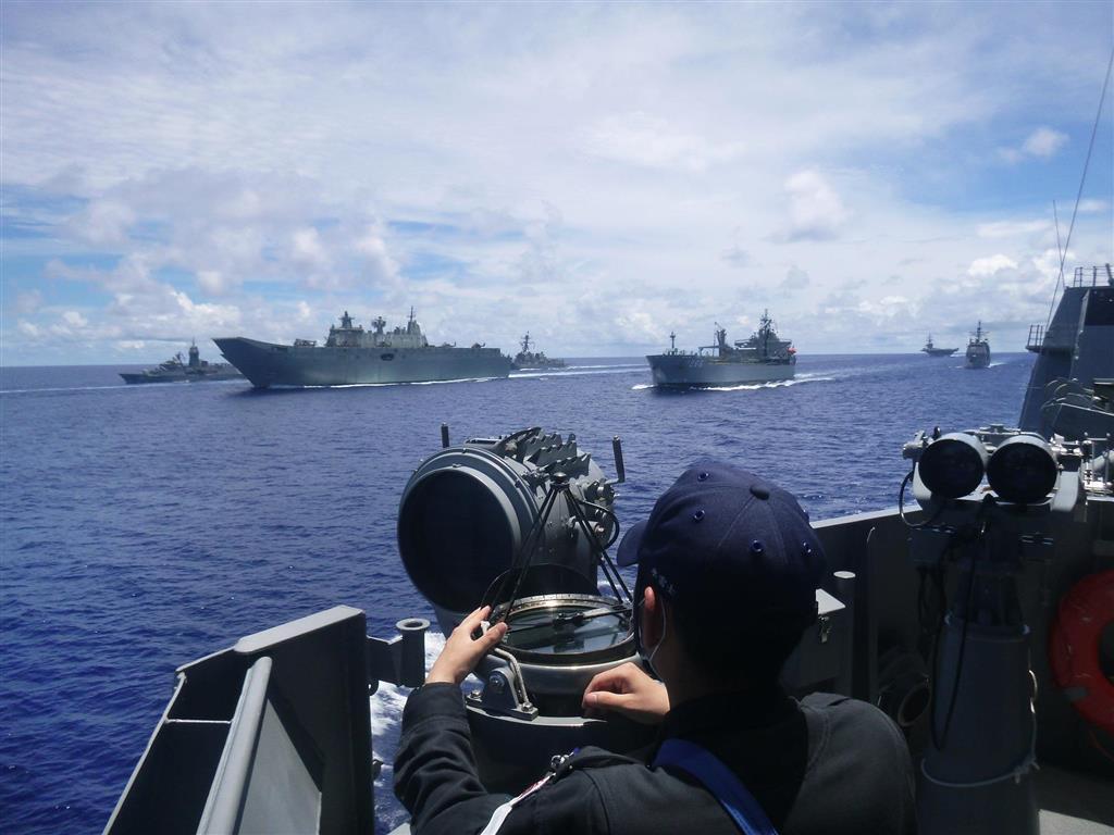 西太平洋上で日米豪3カ国の共同訓練に臨む海上自衛隊護衛艦「てるづき」(手前)=21日(海上自衛隊提供)