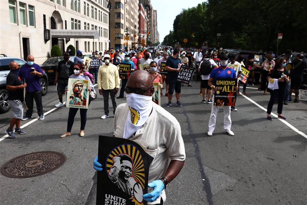 20日、米ニューヨークでストライキに参加する人々(ゲッティ=共同)