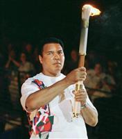 ムハマド・アリさんのトーチ寄贈 バッハIOC会長「五輪の象徴」