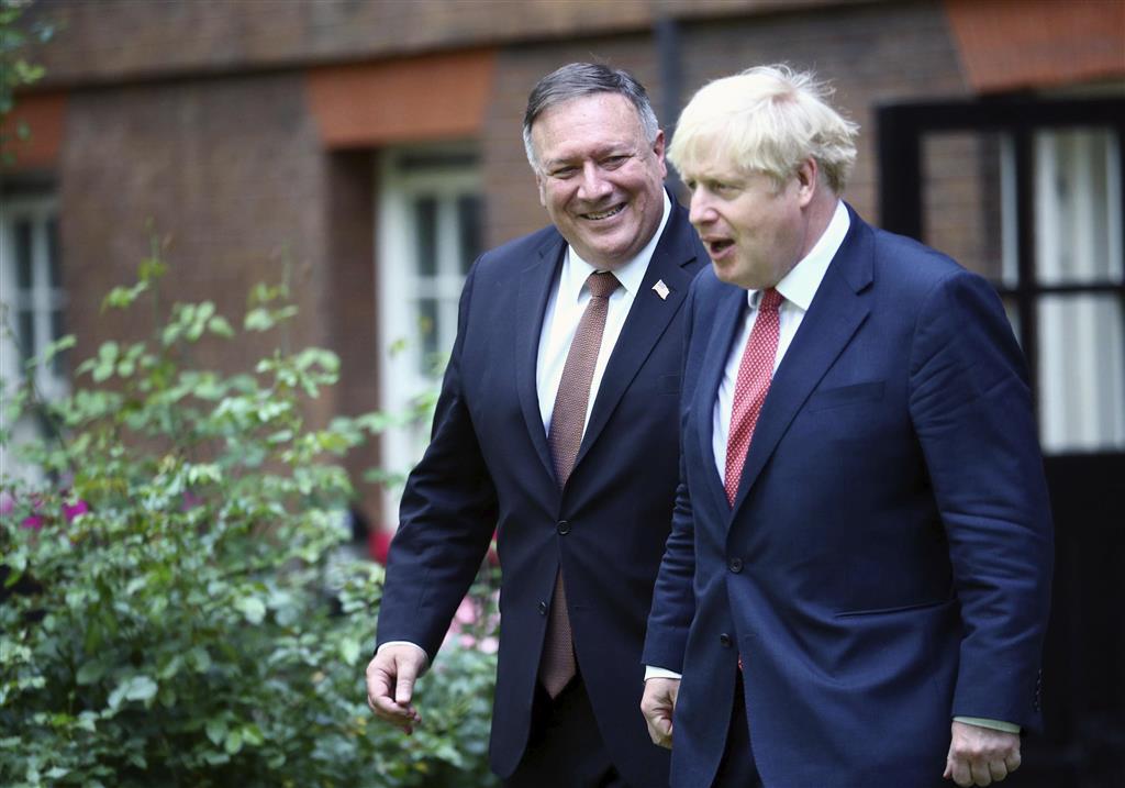 21日、訪英したポンペオ米国務長官(左)を歓迎するジョンソン英首相(AP)
