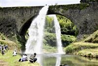 通潤橋、4年ぶり放水 熊本地震の被災から復旧