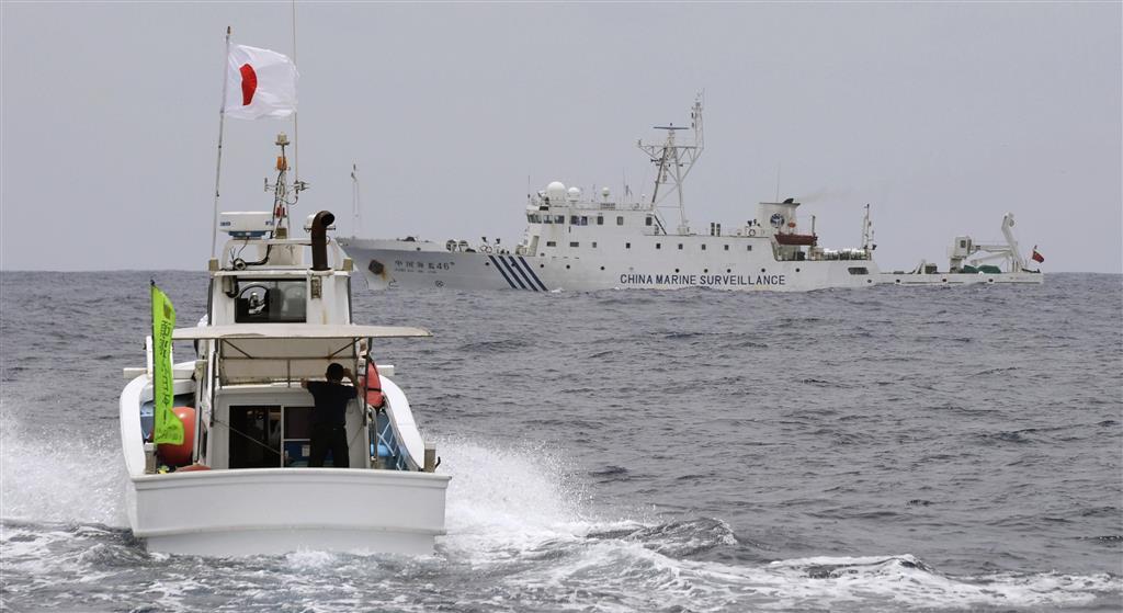 沖縄県・尖閣諸島周辺の領海で、日本の漁船(手前)の進路を阻む中国公船=2013年5月
