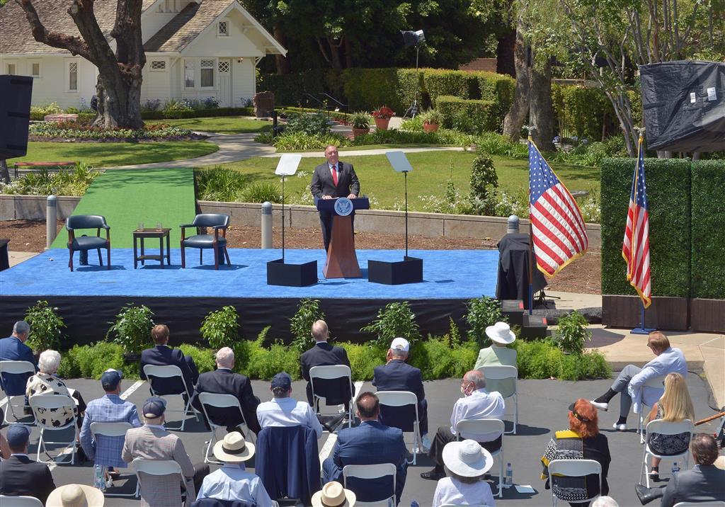 23日、米西部カリフォルニア州で、米中関係について演説するポンペオ米国務長官(UPI=共同)