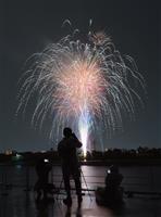 大阪でも大輪の花火「新しい日本」へ