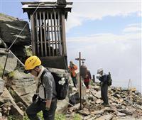 王滝頂上、初の慰霊登山 御嶽山噴火、犠牲者遺族